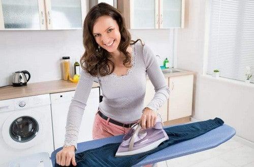 سيدة تقوم بكيّ الملابس