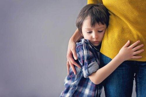 طفل يحتضن أمه