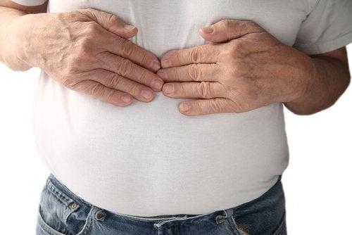 رجل يعاني من حموضة المعدة