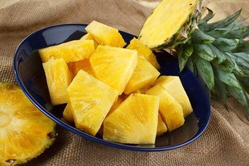 قطع من فاكهة الأناناس