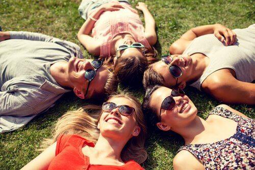 أصدقاء يستلقون على العشب