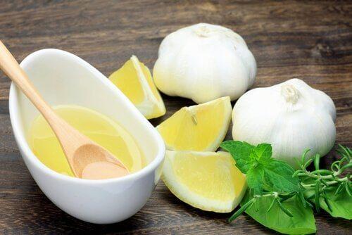 تحضير علاج الثوم والليمون لأجل مكافحة الثآليل