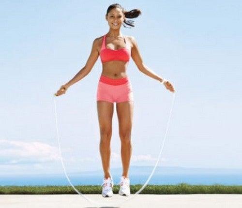 فتاة تمارس رياضة القفز بالحبل