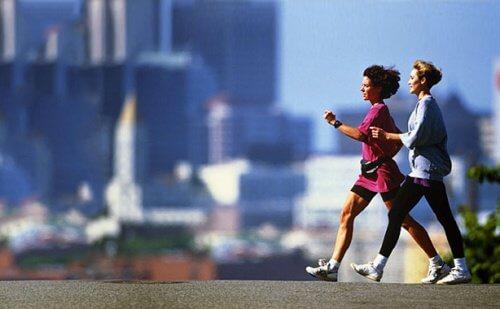 سيدتان تمارسان رياضة المشي