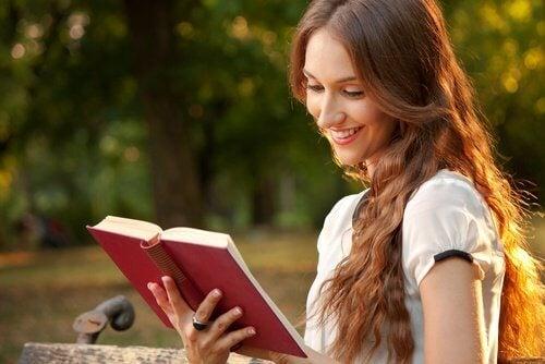 فتاة تقوم بقراءة كتاب