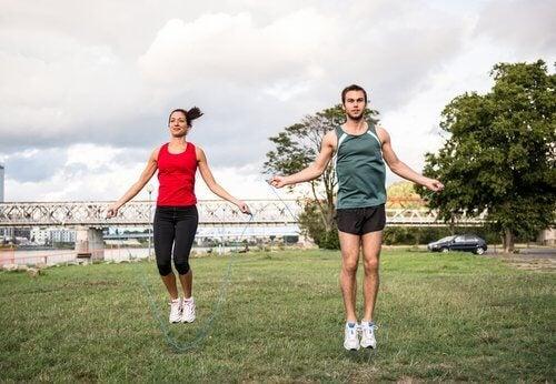 شاب وفتاة يقومان برياضة القفز بالحبل