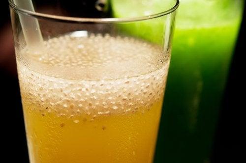 كأس من عصير الليمون بالزنجبيل وبذور الشيا