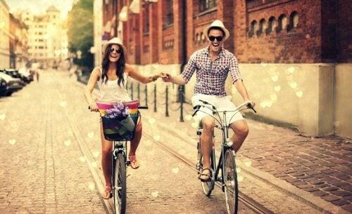 زوجان يركبان الدراجة معاً
