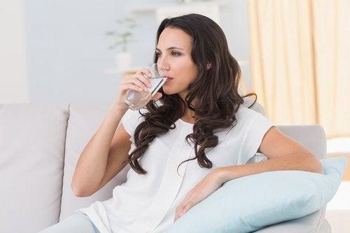 سيدة تشرب الماء