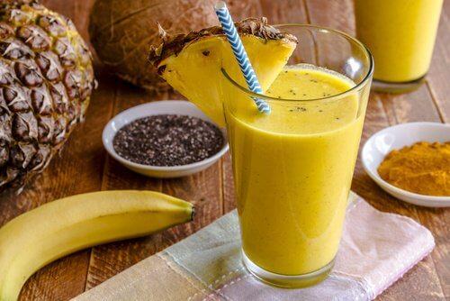 كأس من عصير فاكهة الأناناس