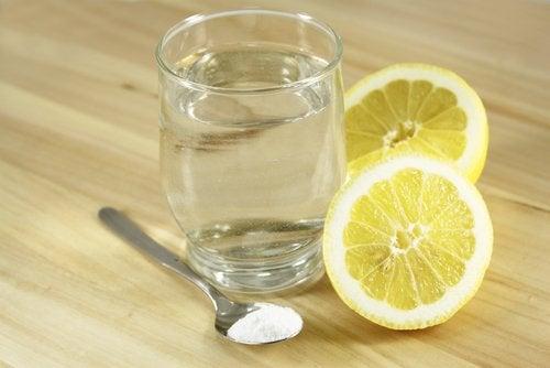 ليمون وكأس من الماء