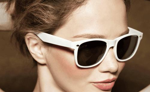العناية بالعينين بوضع النظارات الشمسية