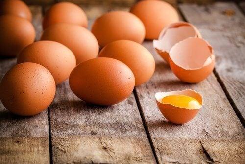 البيض النيء