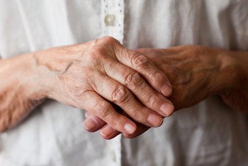 يدين كبيرة في السن