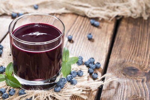 كأس من عصير التوت البري