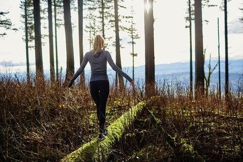 فتاة تمشي في الغابة