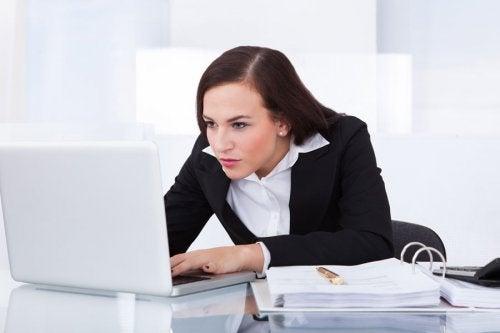 سيدة تجلس بوضعية سيئة أمام الحاسب