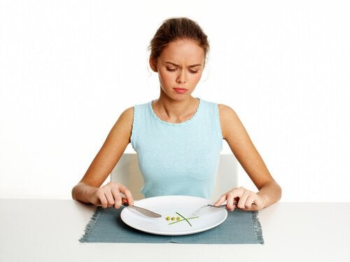 فتاة تجلس على مائدة الإفطار