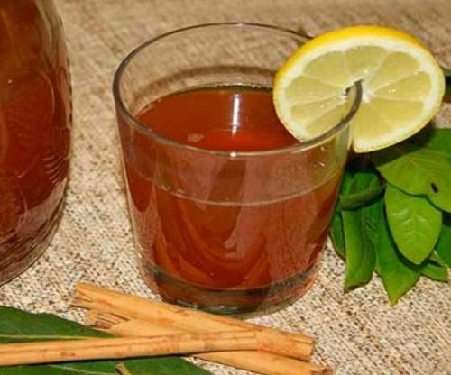 فنجان من الشاي بالقرفة والغار والليمون