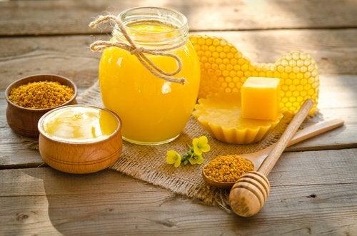 مرطبان من العسل وشمع العسل