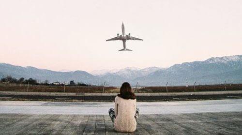 فتاة تراقب صعود الطائرة