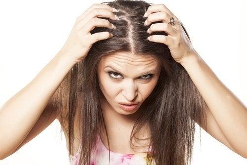 فتاة تحك رأسها من التوتر