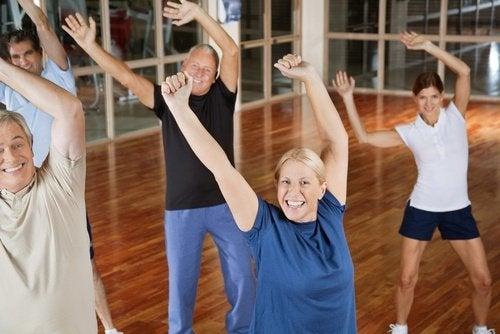 مجموعة من الأشخاص يمارسون التمارين الرياضية