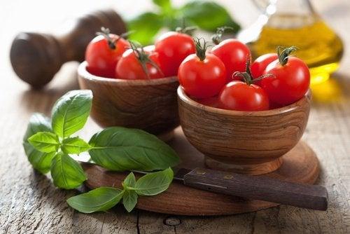 حبات من الطماطم