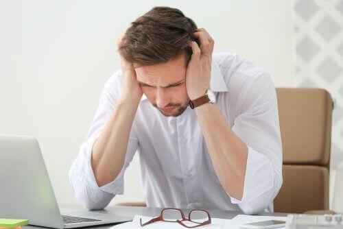 رجل يعاني من الصداع النصفي