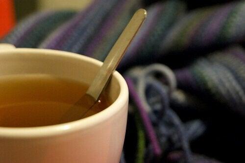فنجان شاي عشبة سرة الأرض