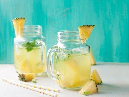 كوبان من شاي فاكهة الأناناس