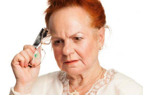 سيدة مسنة تحمل النظارات وتفكر