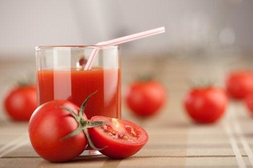 عصير الطماطم لـ تضييق المسامات