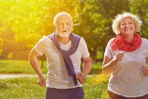 كبيران في السن يمارسان التمارين لـ تجنب اكتساب الوزن