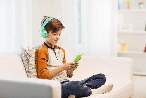 التعلق بالأجهزة الألكترونية من علامات الحرمان العاطفي عند الأطفال