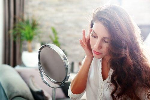 فتاة تنظر بالمرآة