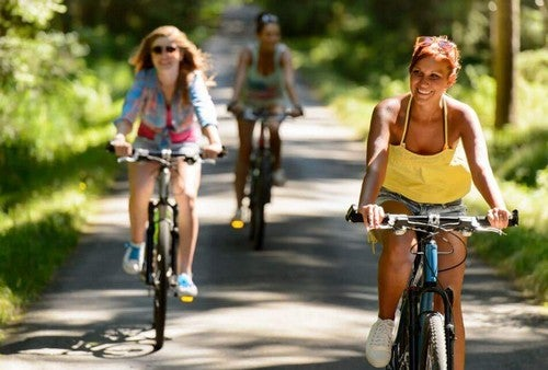 فتيات يركبن الدراجة