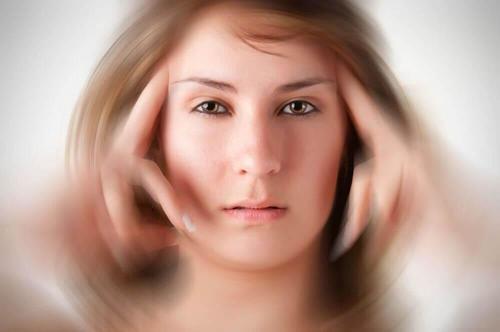 امرأة تعاني من الشقيقة