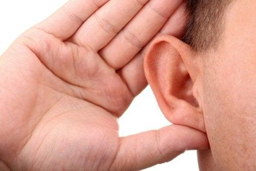 رجل يعاني من صعوبة السمع