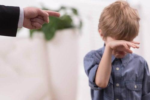 طفل يبكي