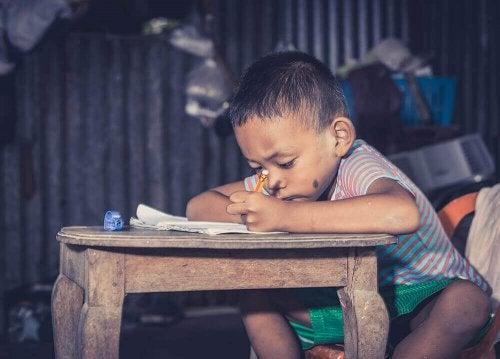 طفل على طاولة الدراسة