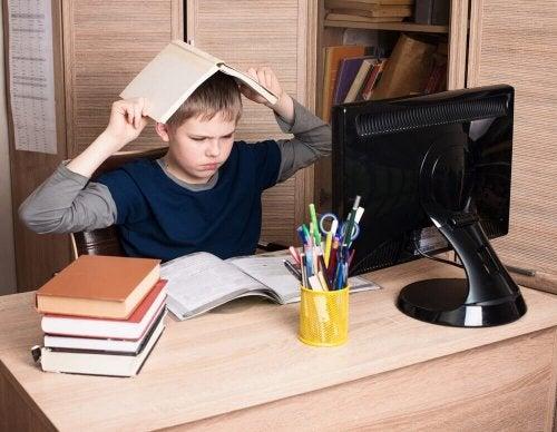 طفل يضع الكتاب فوق رأسه