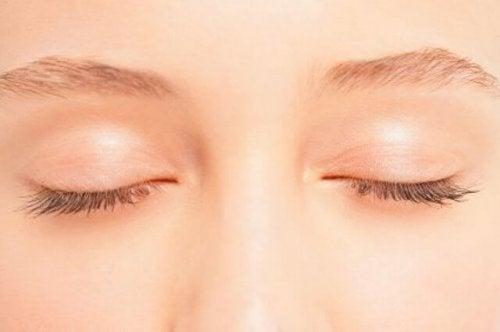 بشرة جفن العين - وصفة كريم طبيعي فعال للحفاظ على صحة جلد المنطقة الحساس