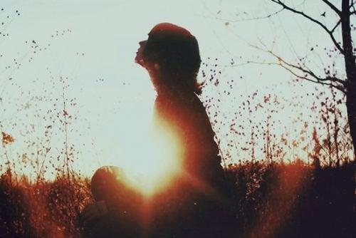 حالة العزلة – ماذا يقول العلم عن من يحب قضاء الوقت وحده؟