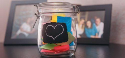 مرطبان السعادة يحوي رسائل ملونة