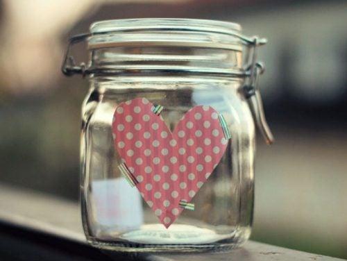 مرطبان السعادة بداخله قلب زهري