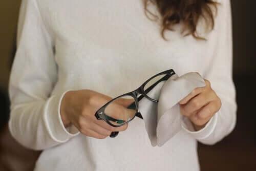 تخلص من خدوش عدسات النظارات بهذه الحيل الست البسيطة!