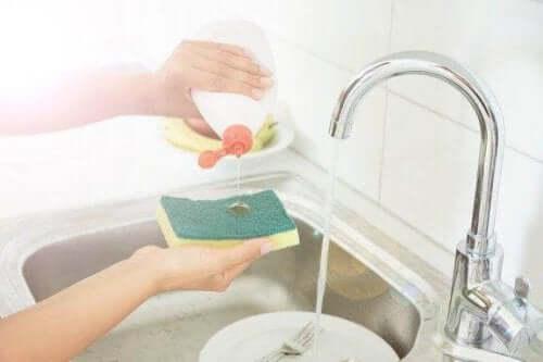 اكتشف 5 حيل تساعدك على تعقيم إسفنجات المطبخ
