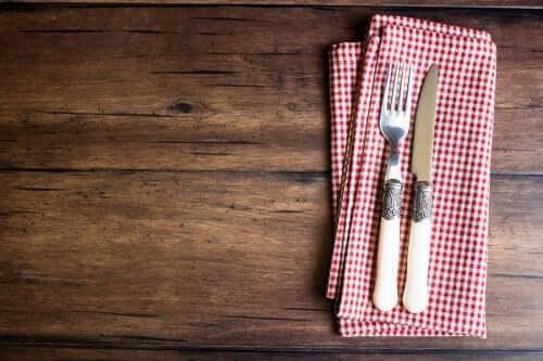 اصنع حامل أدوات مائدة منزلي باستخدام فوطة الصحون
