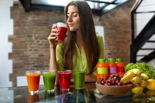 امرأة تشرب العصير